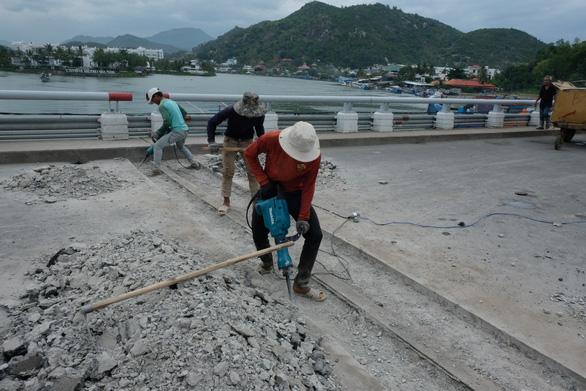 Sửa cầu Xóm Bóng, xe cộ dồn về cầu Trần Phú gây kẹt xe tại Nha Trang - Ảnh 6.