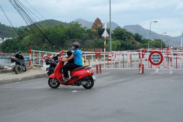 Sửa cầu Xóm Bóng, xe cộ dồn về cầu Trần Phú gây kẹt xe tại Nha Trang - Ảnh 7.