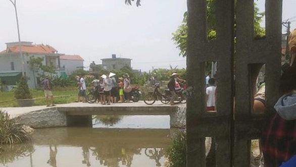 Lao xuống kênh khi đạp xe qua cầu, hai em nhỏ chết đuối thương tâm - Ảnh 1.