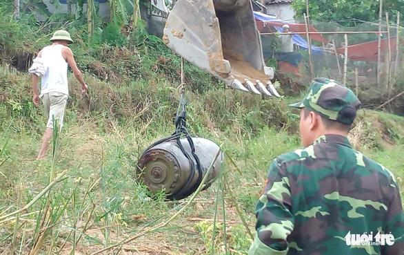Sông khô cạn, lộ diện quả bom khủng 330kg có bán kính sát thương 500m - Ảnh 1.