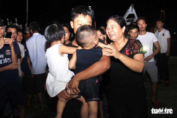 22h đêm, 7 thuyền viên sống sót cập đất liền trong nước mắt - Ảnh 7.