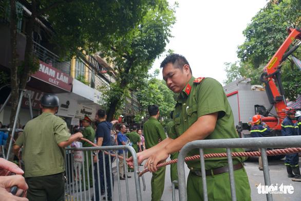 Nhà hai tầng trên phố cổ Hà Nội bất ngờ đổ sập lúc sáng sớm - Ảnh 3.