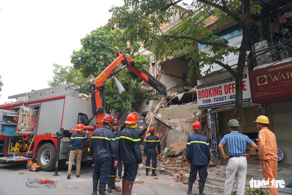 Nhà hai tầng trên phố cổ Hà Nội bất ngờ đổ sập lúc sáng sớm - Ảnh 1.