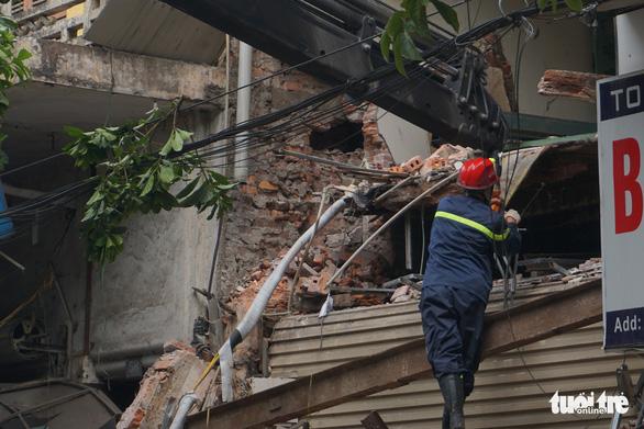 Nhà hai tầng trên phố cổ Hà Nội bất ngờ đổ sập lúc sáng sớm - Ảnh 4.