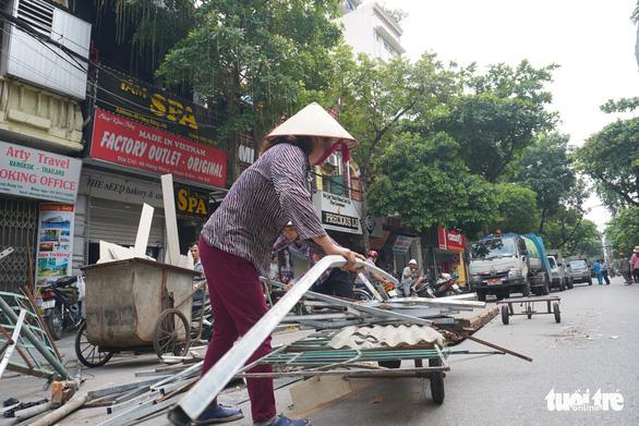 Nhà hai tầng trên phố cổ Hà Nội bất ngờ đổ sập lúc sáng sớm - Ảnh 6.