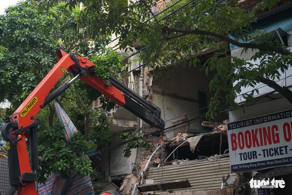 Nhà hai tầng trên phố cổ Hà Nội bất ngờ đổ sập lúc sáng sớm - Ảnh 5.