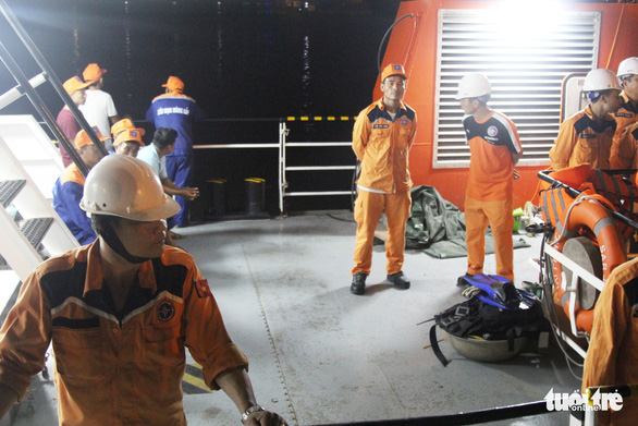 22h đêm, 7 thuyền viên sống sót cập đất liền trong nước mắt - Ảnh 1.