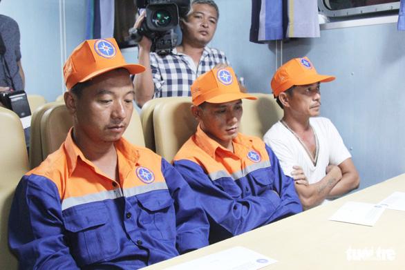 22h đêm, 7 thuyền viên sống sót cập đất liền trong nước mắt - Ảnh 6.
