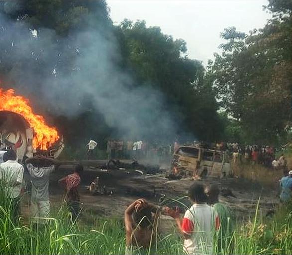 Xe bồn phát nổ ở Nigeria, 50 người chết khi đang hôi dầu - Ảnh 1.