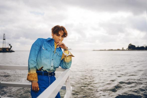 Hút thuốc, du thuyền 'rởm', quảng cáo lộ liễu... MV của Sơn Tùng nhà quê?