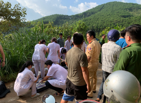 Xe chở 21 khách du lịch rơi xuống vực, 1 người chết, nhiều người bị thương - Ảnh 2.