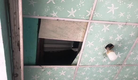 Trộm dỡ mái tiệm, đột nhập lấy 80 chiếc điện thoại - Ảnh 3.