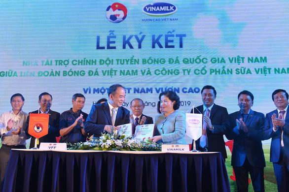 Vinamilk tài trợ chính thức cho các đội tuyển bóng đá quốc gia Việt Nam - Ảnh 1.