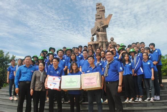 Lãnh đạo TP.HCM thăm, tặng quà các chiến sĩ Mùa hè xanh Đồng Tháp - Ảnh 3.