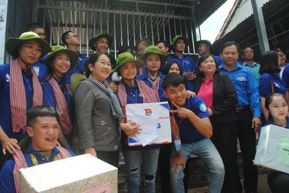 Lãnh đạo TP.HCM thăm, tặng quà các chiến sĩ Mùa hè xanh Đồng Tháp - Ảnh 1.