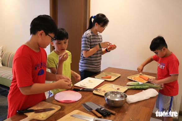 Bếp ăn của nhóm đầu bếp nhí tự đi chợ, tự nấu ở một khu dân cư - Ảnh 7.