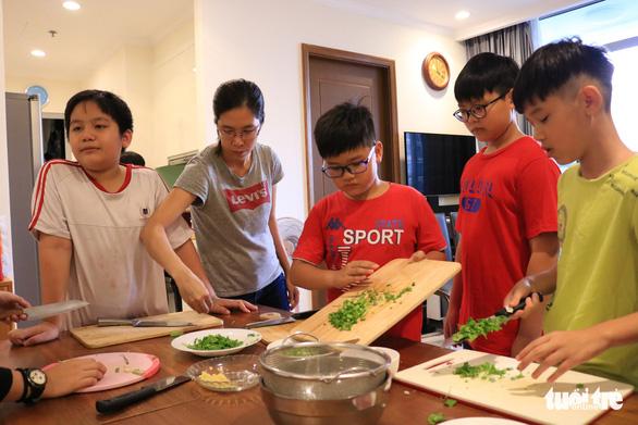 Bếp ăn của nhóm đầu bếp nhí tự đi chợ, tự nấu ở một khu dân cư - Ảnh 8.