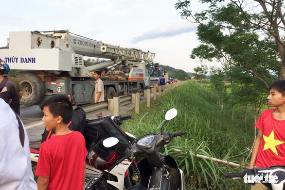 Xe buýt lật xuống ruộng, một bà cụ 70 tuổi chết, 3 người cấp cứu - Ảnh 5.