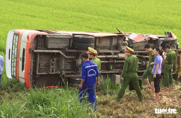 Xe buýt lật xuống ruộng, một bà cụ 70 tuổi chết, 3 người cấp cứu - Ảnh 1.