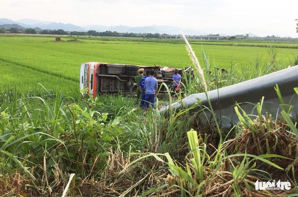 Xe buýt lật xuống ruộng, một bà cụ 70 tuổi chết, 3 người cấp cứu - Ảnh 4.