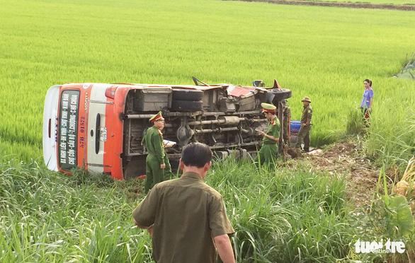 Xe buýt lật xuống ruộng, một bà cụ 70 tuổi chết, 3 người cấp cứu - Ảnh 3.