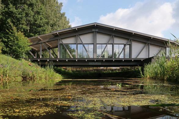 Độc đáo ngôi nhà nằm gọn trên cây cầu ở Nga - Ảnh 1.