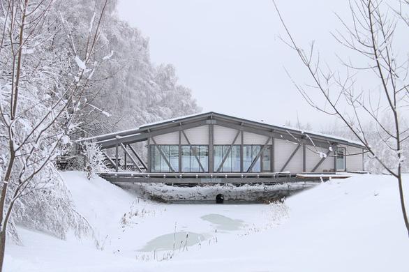 Độc đáo ngôi nhà nằm gọn trên cây cầu ở Nga - Ảnh 3.