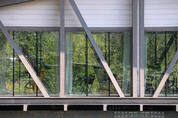 Độc đáo ngôi nhà nằm gọn trên cây cầu ở Nga - Ảnh 8.