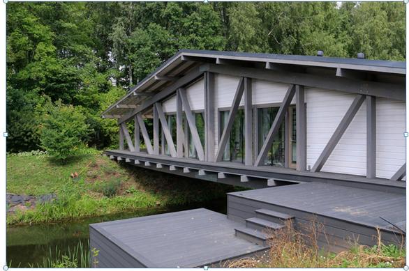 Độc đáo ngôi nhà nằm gọn trên cây cầu ở Nga - Ảnh 2.