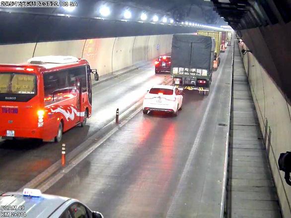 Cả đoàn xe nối đuôi nhau vượt ẩu bất chấp trong hầm Hải Vân - Ảnh 3.