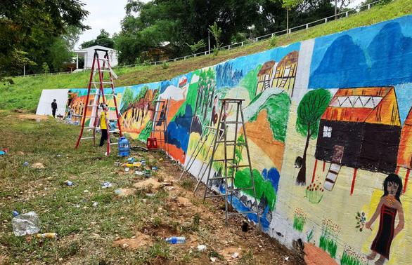 Độc đáo con đường bích họa ở thủ phủ sâm Ngọc Linh - Ảnh 1.