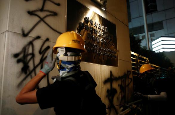 Cảnh sát trấn áp, người biểu tình Hong Kong rút lui - Ảnh 1.