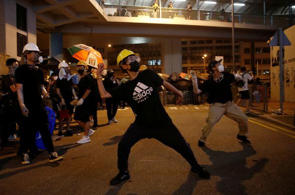 Cảnh sát trấn áp, người biểu tình Hong Kong rút lui - Ảnh 2.