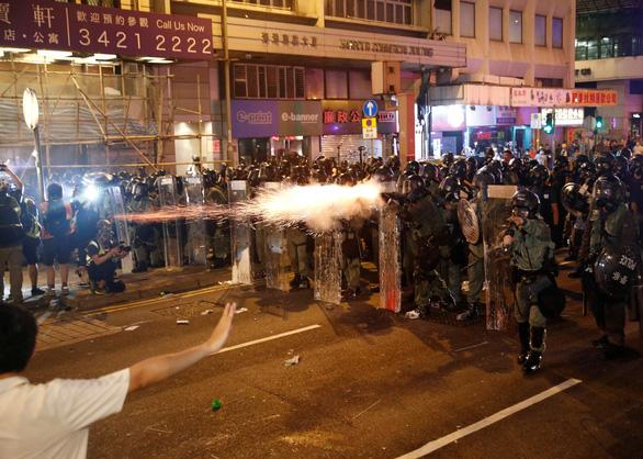 Cảnh sát bắn đạn cao su, hơi cay vào người biểu tình Hong Kong - Ảnh 2.
