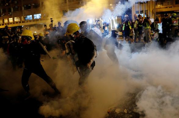 Cảnh sát bắn đạn cao su, hơi cay vào người biểu tình Hong Kong - Ảnh 1.