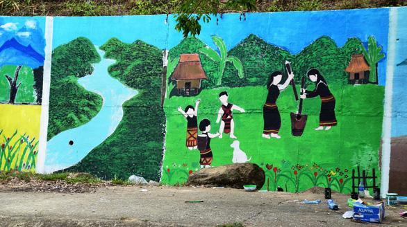Độc đáo con đường bích họa ở thủ phủ sâm Ngọc Linh - Ảnh 2.