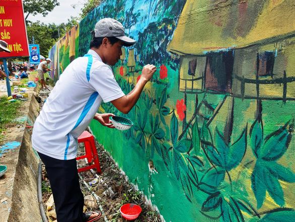 Độc đáo con đường bích họa ở thủ phủ sâm Ngọc Linh - Ảnh 7.