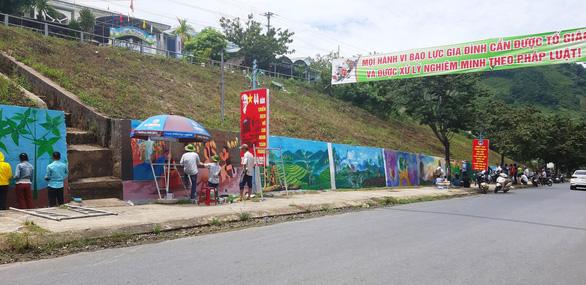 Độc đáo con đường bích họa ở thủ phủ sâm Ngọc Linh - Ảnh 6.