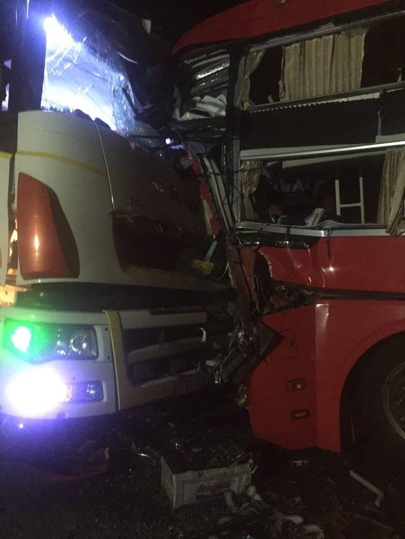 Xe khách và xe tải đâm trực diện, 1 người chết, nhiều người bị thương - Ảnh 1.