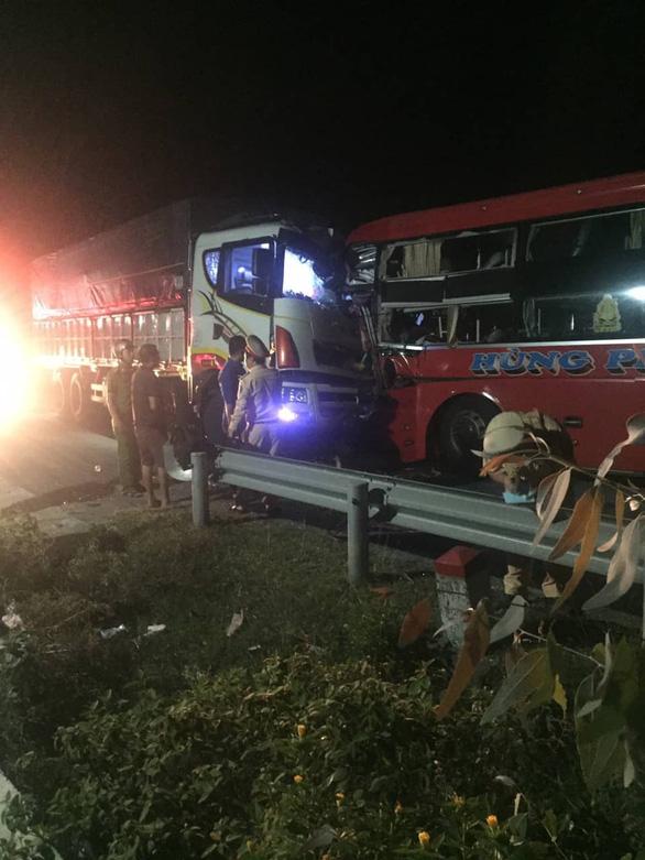 Xe khách và xe tải đâm trực diện, 1 người chết, nhiều người bị thương - Ảnh 2.
