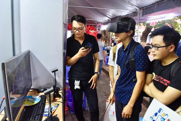 Lạ lẫm và thích thú với sâu canxi, VR tại ngày hội tư vấn xét tuyển - Ảnh 1.