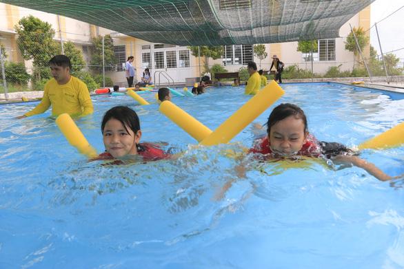 Học bơi để tự cứu mình, cứu người - Ảnh 1.