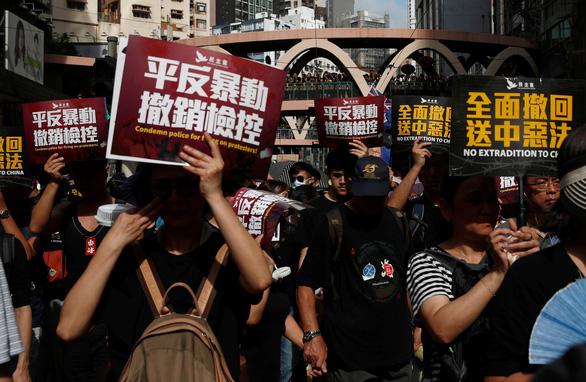 Người Hong Kong xuống đường đen đặc, đòi cải cách dân chủ - Ảnh 2.