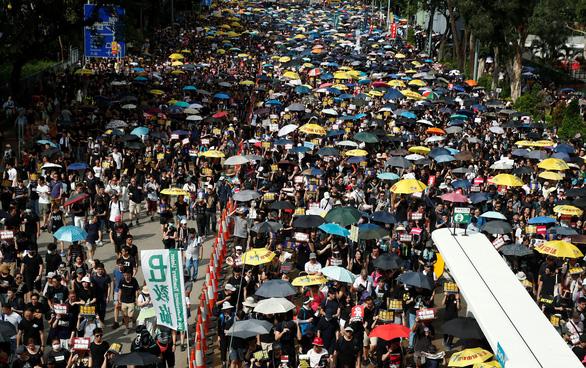Người Hong Kong xuống đường đen đặc, đòi cải cách dân chủ - Ảnh 1.