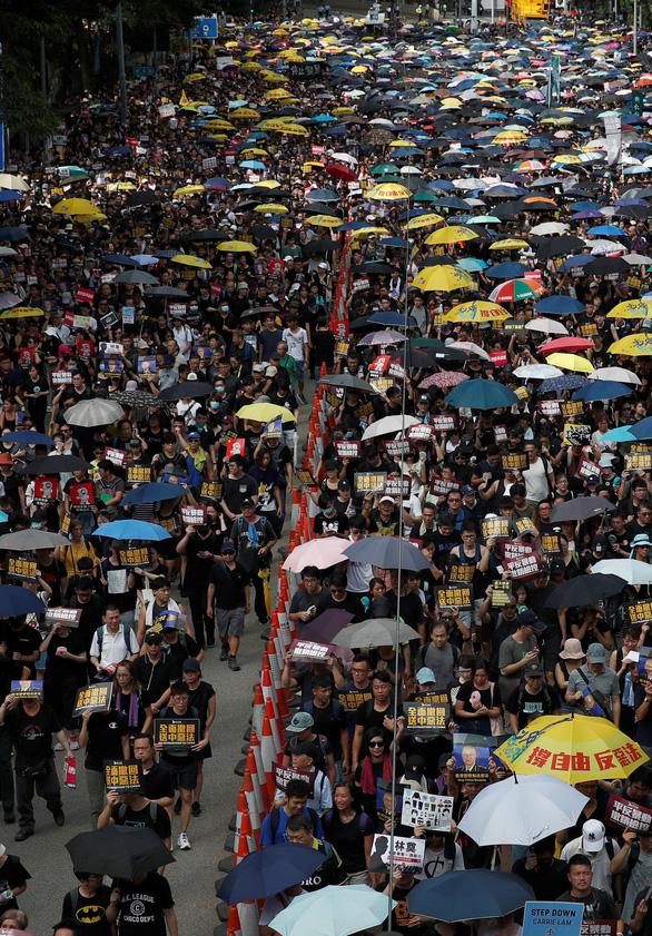 Người Hong Kong xuống đường đen đặc, đòi cải cách dân chủ - Ảnh 6.