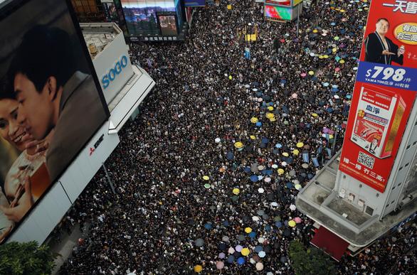 Người Hong Kong xuống đường đen đặc, đòi cải cách dân chủ - Ảnh 5.