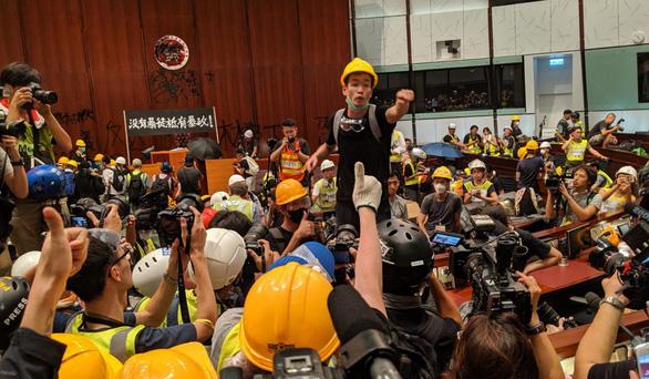 700 người biểu tình Hong Kong đang bị truy lùng bắt nguội - Ảnh 2.