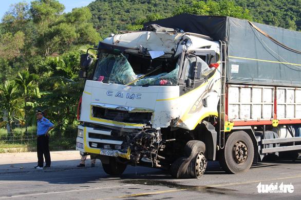 Xe khách, xe tải đối đầu trên đường tránh Nam Hải Vân do xe khách cố vượt - Ảnh 2.