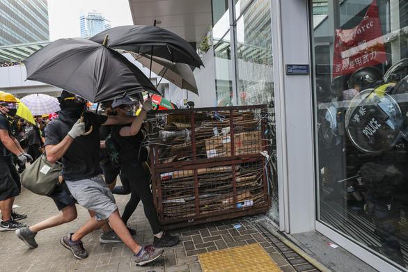 700 người biểu tình Hong Kong đang bị truy lùng bắt nguội - Ảnh 3.