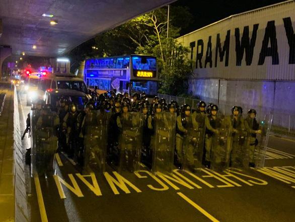 Cảnh sát trấn áp, người biểu tình Hong Kong rút lui - Ảnh 5.